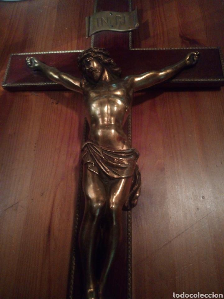 Antigüedades: Crucifijo de gran tamaño con Cristo de bronce. - Foto 2 - 179015448