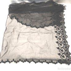 Antigüedades: MANTILLA DE ENCAJE DE BLONDA NEGRA. MED. 45 X 90 CM. Lote 179021183