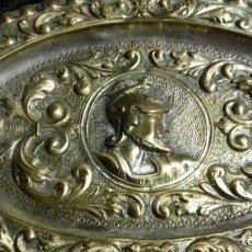 Antigüedades: BANDEJA ESTILO RENACIMIENTO DE 24 CM DE LATÓN . Lote 179023102