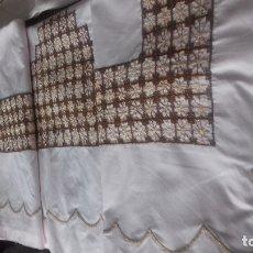 Antigüedades: ANTIGUA SABANA CON FUNDA BORDADA A MANO. EL FESTON DEL EMBOZO A MAQUINA. COLOR ROSA.. Lote 179037536