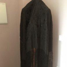 Antigüedades: MANTON NEGRO BORDADO A MANO DE 125 CTM SIN FLECOS ,CON FLECOS 185 CTM. Lote 179046281