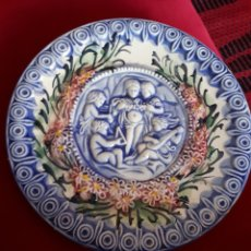 Antigüedades: PLATO DE PORCELANA ESPAÑOLA RELIEVE PARA COLGAR. Lote 179076271