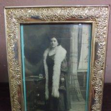 Antigüedades: PORTAFOTOS PLATA DE LEY CON FOGRAFIA ORIGINAL RETRATO DE DAMA HACIA 1912. Lote 179095216