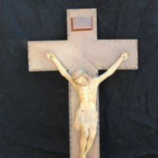 Antigüedades: CRUCIFIJO MADERA CRISTO YESO. Lote 179102208