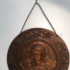 Antigüedades: GRAN PLATO REPUJADO DE COBRE, RELIEVE DE LA VIRGEN Y NIÑO JESUS. 62,5CM DIAMETRO.. Lote 179138622