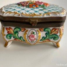 Antigüedades: ANTIGUA CAJA DE PORCELANA , PINTADA A MANO . MOTIVOS FLORALES . Lote 179151250