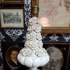 Antigüedades: CONSERVADA Y ANTIGUA LAMPARA CERAMICA BLANCA DE MANISES FLORES GRAN TAMAÑO. Lote 179166733