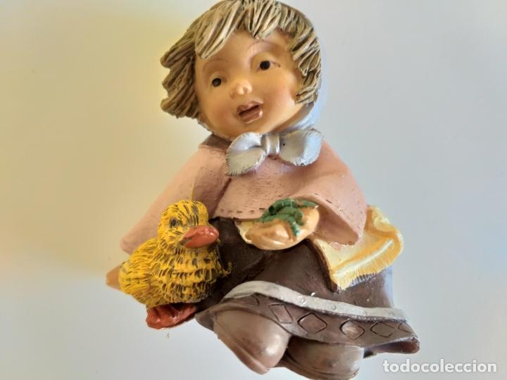 Antigüedades: Figura. Niña con pollito. 8 cm altura. - Foto 2 - 179169692