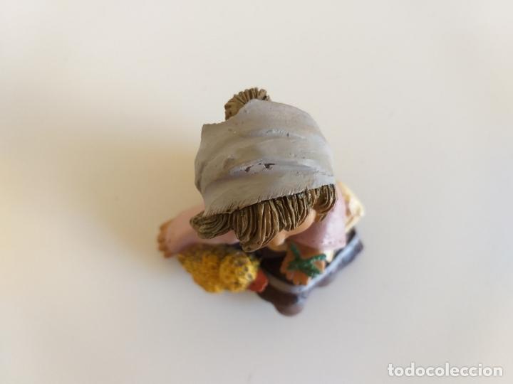 Antigüedades: Figura. Niña con pollito. 8 cm altura. - Foto 7 - 179169692