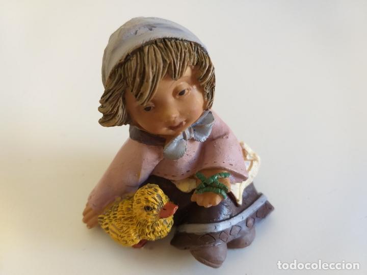 FIGURA. NIÑA CON POLLITO. 8 CM ALTURA. (Antigüedades - Hogar y Decoración - Figuras Antiguas)