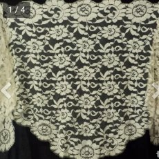 Antigüedades: PRECIOSA MANTILLA ANTIGUA 3 PICOS BLANCO ROTO. Lote 179175051