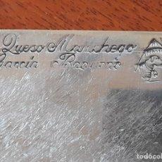 Antigüedades: GRAN CUCHILLO DE QUESO MANCHEGO GARCÍA BAQUERO- MANGO DE MADERA HOJA CON SELLO MOLINO Y OVEJA. Lote 179207775