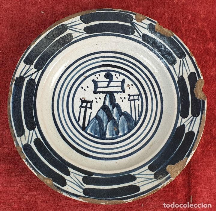 PLATO DE CERÁMICA CATALANA. GOTICO. DECORADO A TREPA. BLASON DE MONTSERRAT. SIGLO XVI. (Antigüedades - Porcelanas y Cerámicas - Catalana)