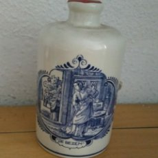 Antigüedades: ANTIGUA BOTELLA LICOR DE CERÁMICA HOLANDESA.. Lote 179242400