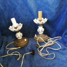 Antigüedades: PAREJA LAMPARAS DE MESILLA ANTIGUAS DE BRONCE Y PORCELANA. Lote 179248960