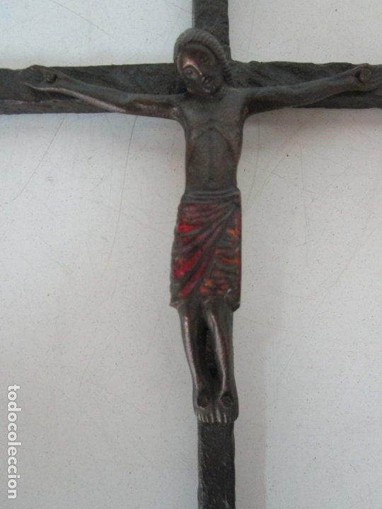 BONITA MAGESTAT ESTILO ROMÁNICO - CRISTO A LA CRUZ - HIERRO FORJADO Y ESMALTADO - S. XIX (Antigüedades - Religiosas - Crucifijos Antiguos)