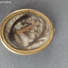 Antigüedades: RELICARIO GUARDAPELOS DEL S. XIX . Lote 179317606