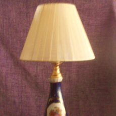 Antigüedades: LAMPARA DE LATON Y PORCELANA CON ESCENAS GALANTES. Lote 179337440