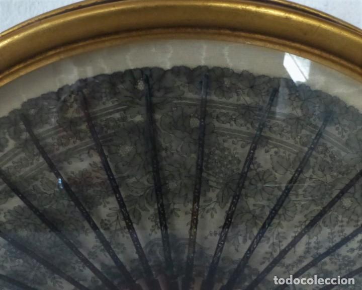 Antigüedades: ABANICO CON ABANIQUERA - CAREY - ENCAJE CHANTILLI - SG XIX. - Foto 2 - 179340373