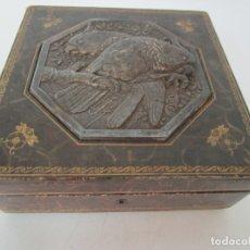 Antigüedades: CURIOSA CAJA, JOYERO - MADERA, CUERO Y METAL CINCELADO - DECORACIÓN DE PÁJAROS . Lote 179343382