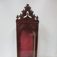 Antigüedades: BONITA CAPILLA NEOGÓTICA - VITRINA - TALLA DE MADERA - IDEAL SAGRADO CORAZÓN, VIRGEN, SANTO. Lote 179345693