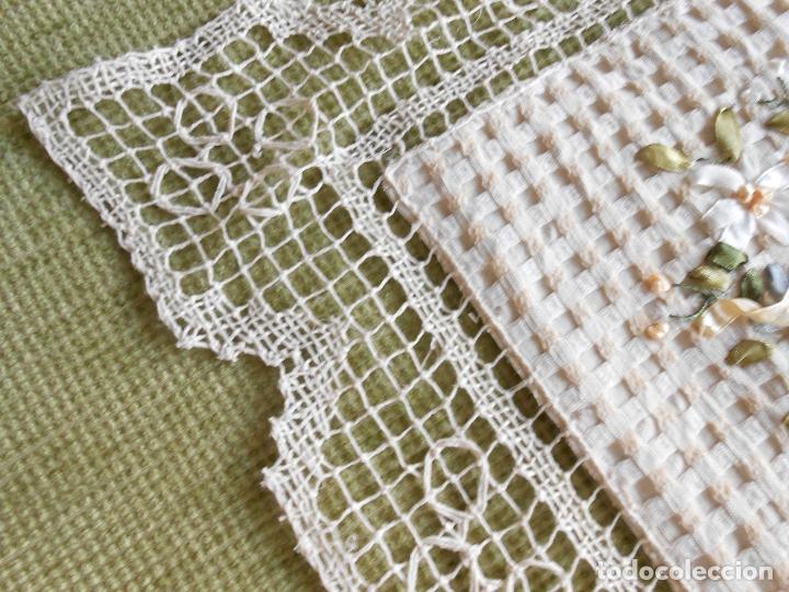 Antigüedades: Bonito tapete,bordado a mano cintas y encajes de toscana. beige 25 x 25 cm. nuevo - Foto 2 - 179392781