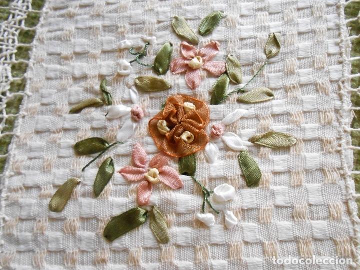 Antigüedades: Bonito tapete,bordado a mano cintas y encajes de toscana. beige 25 x 25 cm. nuevo - Foto 3 - 179392781