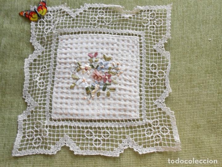 Antigüedades: Bonito tapete,bordado a mano cintas y encajes de toscana. beige 25 x 25 cm. nuevo - Foto 4 - 179392781