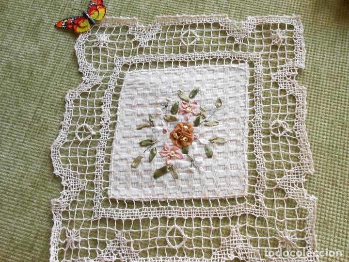 Antigüedades: Bonito tapete,bordado a mano cintas y encajes de toscana. beige 25 x 25 cm. nuevo - Foto 8 - 179392781