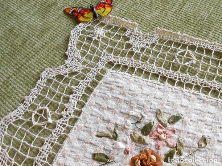 Antigüedades: Bonito tapete,bordado a mano cintas y encajes de toscana. beige 25 x 25 cm. nuevo - Foto 12 - 179392781
