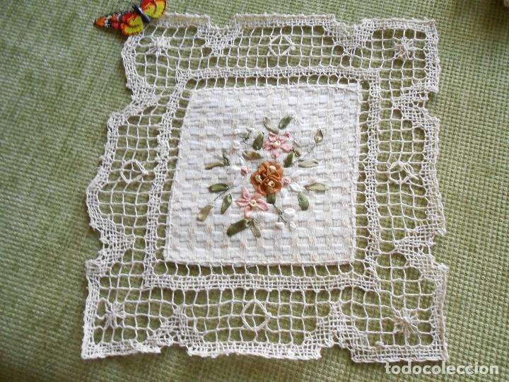 Antigüedades: Bonito tapete,bordado a mano cintas y encajes de toscana. beige 25 x 25 cm. nuevo - Foto 13 - 179392781