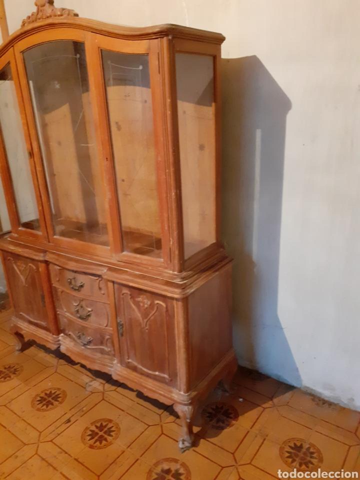 Antigüedades: Estupendo mueble vitrina para restaurar. Hay que tratarlo de carcoma. Solo recogida. - Foto 2 - 179536413