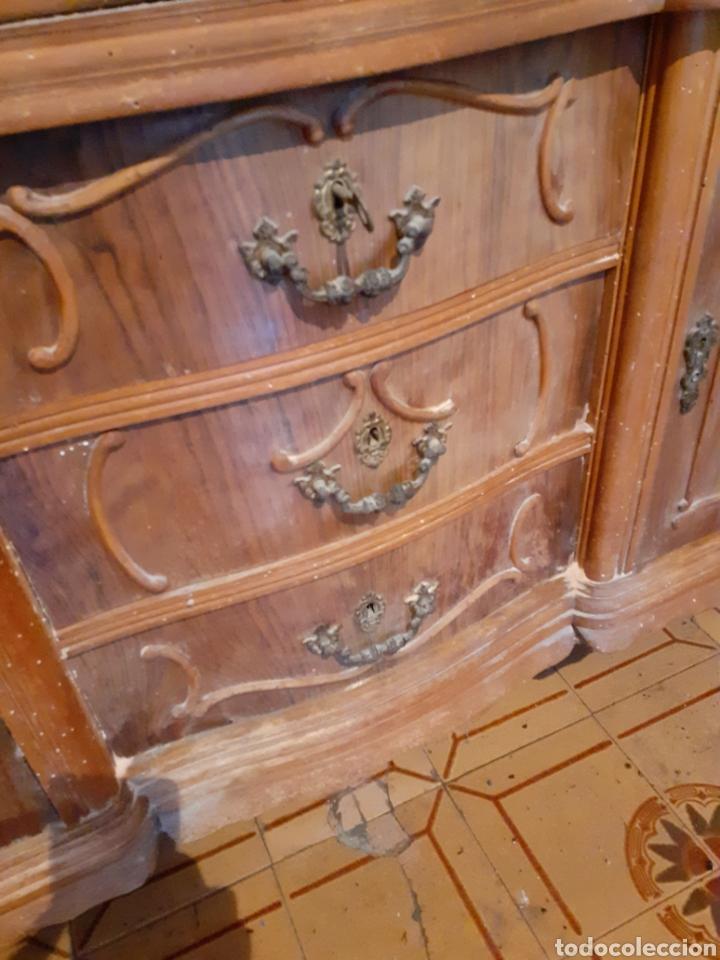 Antigüedades: Estupendo mueble vitrina para restaurar. Hay que tratarlo de carcoma. Solo recogida. - Foto 4 - 179536413