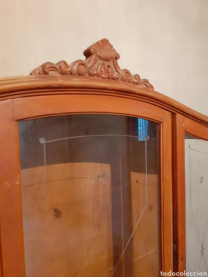 Antigüedades: Estupendo mueble vitrina para restaurar. Hay que tratarlo de carcoma. Solo recogida. - Foto 5 - 179536413