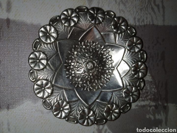 PRECIOSO PLATO PARA PAN DE PLATA DE LEY REPUJADA. (Antigüedades - Platería - Plata de Ley Antigua)