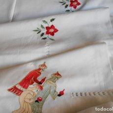 Antigüedades: PRECIOSA MANTELERIA DE NAVIDAD BORDADA REYES MAGOS Y VAINICAS 180 X 225 / 8 SERV. NUEVO. Lote 266063308