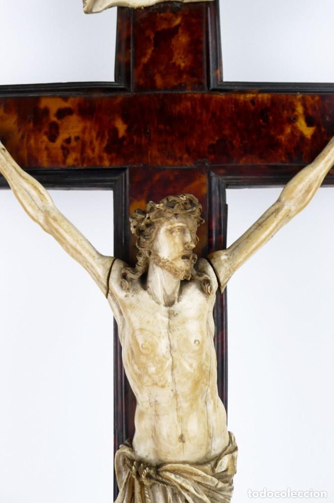 Antigüedades: Crucifijo -Cristo de marfil cruz de carey y madera ebonizada 34 x 56 cm - Siglo XIX o anterior - Foto 4 - 179563367