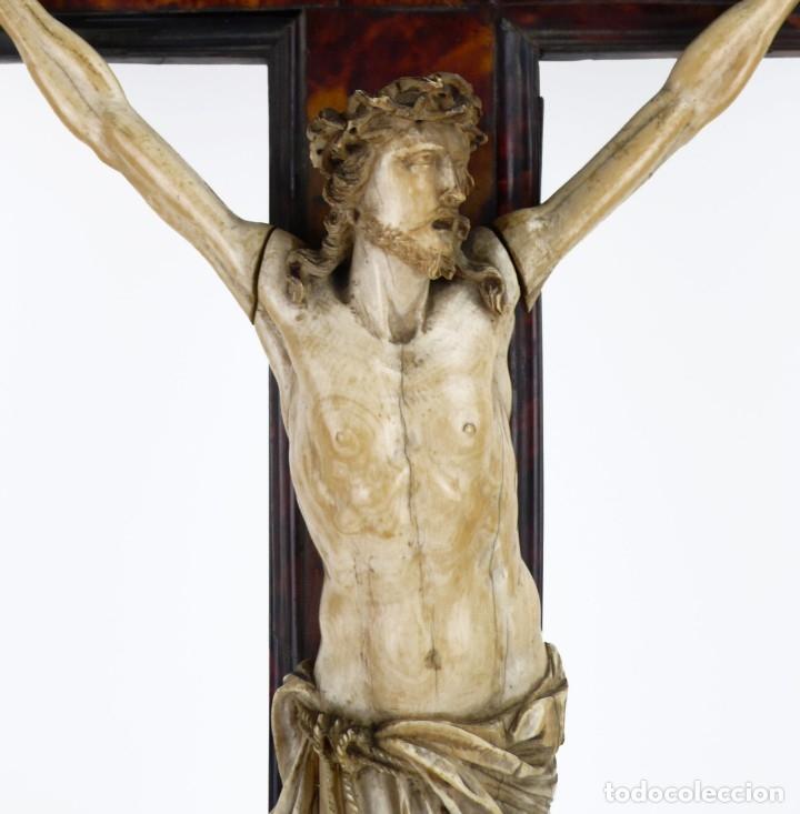 Antigüedades: Crucifijo -Cristo de marfil cruz de carey y madera ebonizada 34 x 56 cm - Siglo XIX o anterior - Foto 5 - 179563367