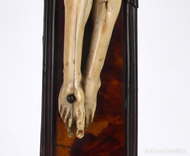 Antigüedades: Crucifijo -Cristo de marfil cruz de carey y madera ebonizada 34 x 56 cm - Siglo XIX o anterior - Foto 10 - 179563367
