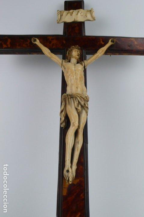 Antigüedades: Crucifijo -Cristo de marfil cruz de carey y madera ebonizada 34 x 56 cm - Siglo XIX o anterior - Foto 13 - 179563367