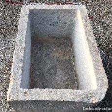Antigüedades: PILÓN DE PIEDRA CALIZA RECTANGULAR. 94X62X55 CM.. Lote 179957515