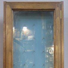 Antigüedades: ANTIGUA VITRINA O EXPOSITOR DE PARED. Lote 179961553