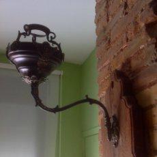 Antigüedades: ANTIGUO QUINQUÉ , APLIQUE DE PARED , SIGLO XIX ORIGINAL , MADERA Y BRONCE . Lote 180030983