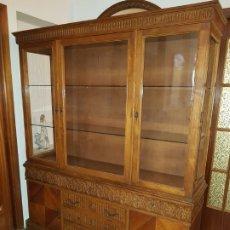 Antigüedades: VITRINA MADERA MACIZA TALLADA Y MARQUETERIA. Lote 180044533
