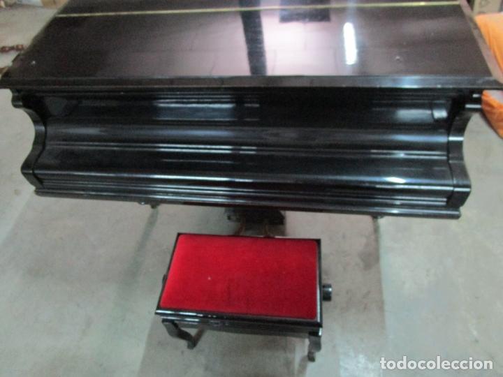 Antigüedades: Bonito Piano de Cola - Marca Chassaigne Fréres - Madera y Laca Negra - con Banqueta - Foto 4 - 180071485