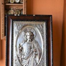 Antigüedades: CUADRO SAGRADO CORAZON 69 CM X 50 CM BAÑADO EN PLATA. Lote 180075333