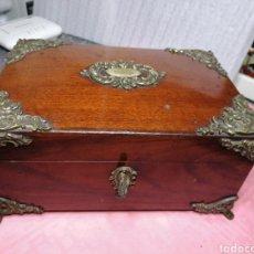 Antigüedades: CAJA DE CAOBA CON HERRAJES DE METAL. Lote 180075891
