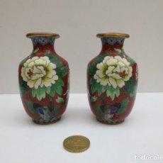 Antiquités: DOS PEQUEÑOS JARRONES DE BRONCE LACADOS CON MOTIVOS FLORALES. Lote 180079762