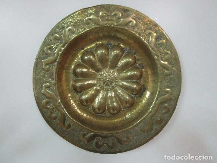 BONITO PLATO DE BRONCE GALLONADO - FIRMA FARS - 34 CM DIÁMETRO (Antigüedades - Hogar y Decoración - Platos Antiguos)