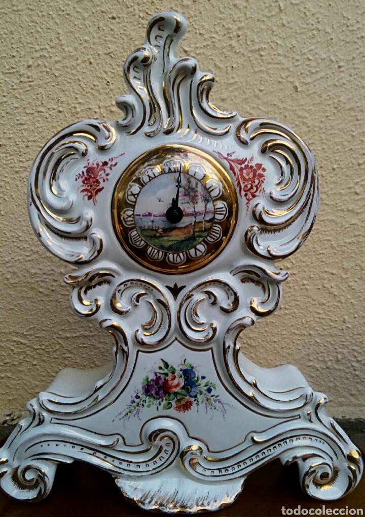 Antigüedades: Reloj isabelino - Viejo Paris. Decorado en cornucopia y oro de ley. Rematado con motivos florales. - Foto 2 - 180093218